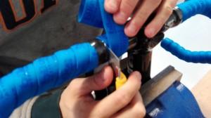 Når du så kommer til enden, skal du rulle en række (evt sort) isolér tape omkring styrbåndet. Når du har gjort det, kan du skære styrbåndet af, omkring kanten af tapen. Husk at brug en skarp kniv, og lad være med at skære så dybt at du ridser styret.