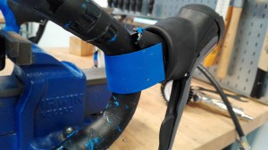 Der følger som regel 2 små stykker styrbånd med i en pakke. De er beregnet til at montere bag bremsegrebene.