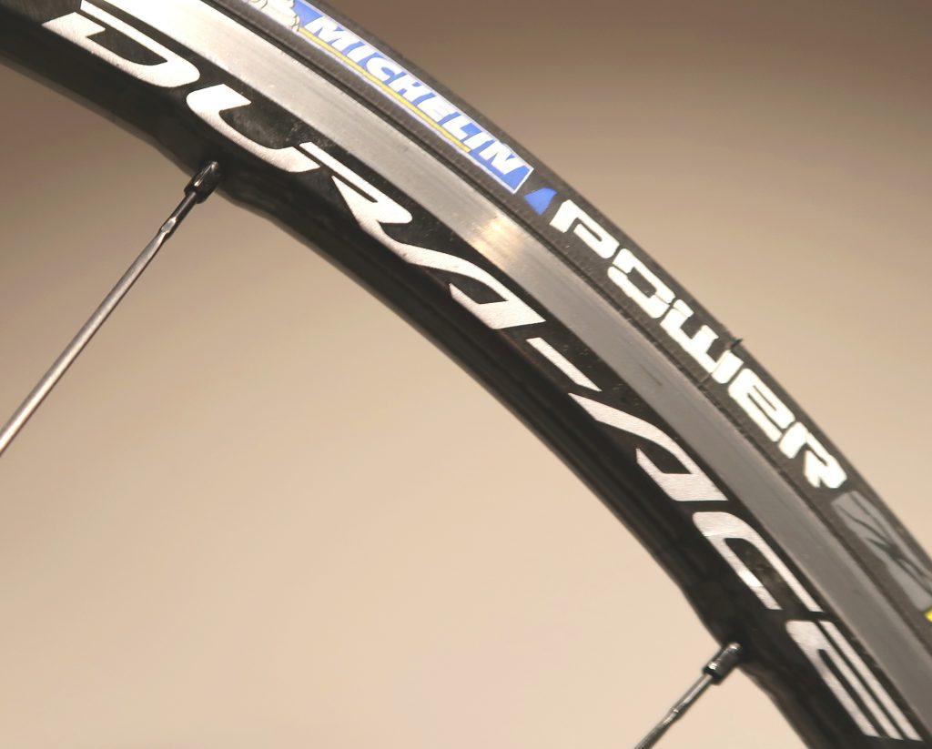 Lavprofil cykelhjul fra Shimano, med en carbon skal udenpå aluminiums fælgen.